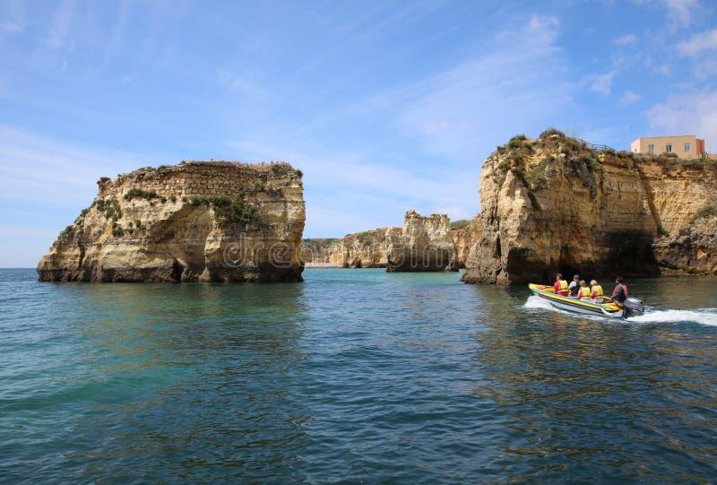 Turister med fartyg på Atlanticet Ocean nära Ponta da Piedade Lagos Algarve portugal royaltyfria bilder