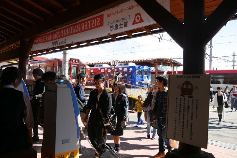 Turister med påsen ankommer på den Kawaguchiko stationen royaltyfria bilder
