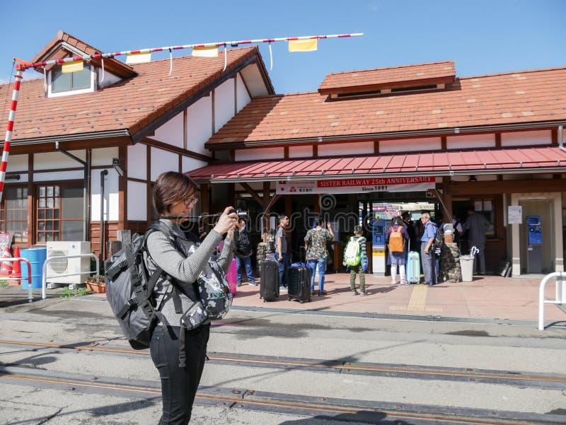 Turister med påsen ankommer på den Kawaguchiko stationen arkivbilder