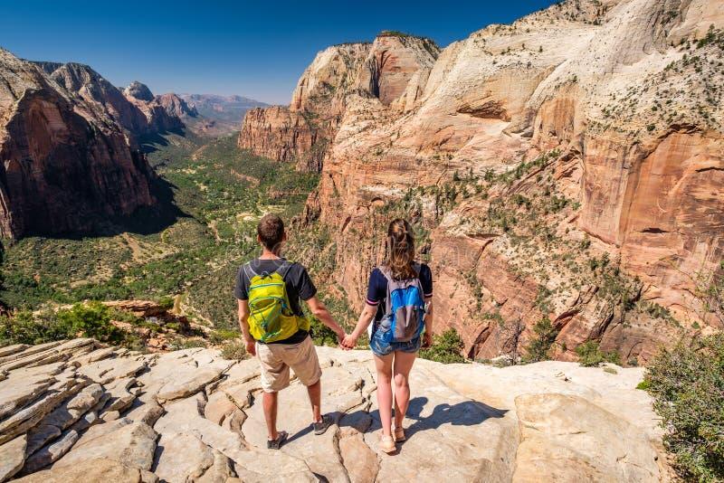 Turister med ryggsäcken som fotvandrar i Zion royaltyfria foton