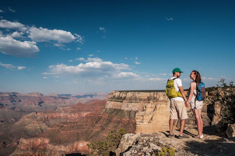 Turister med ryggsäcken som fotvandrar på Grand Canyon royaltyfria foton