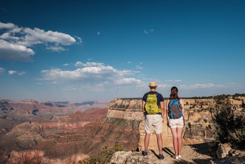 Turister med ryggsäcken som fotvandrar på Grand Canyon arkivbilder