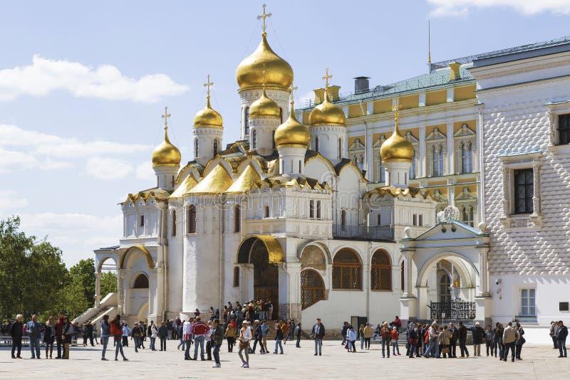 Turister nära domkyrkan av förklaringen av MoskvaKreml royaltyfri bild
