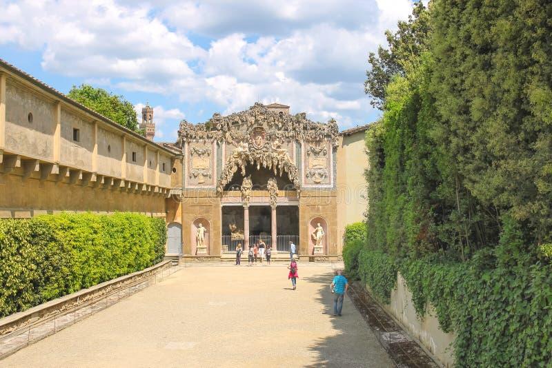 Turister nära grottan Buontalenti i Bobolien arbeta i trädgården royaltyfri fotografi