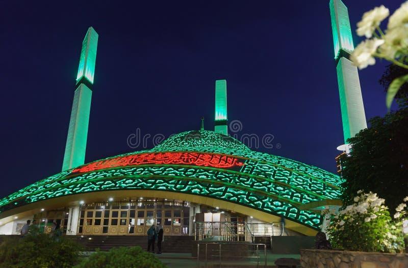 Turister nära moskén som namnges efter aymanien Kadyrova i staden av den från den ryska federationen Argun Chechen republiken royaltyfria bilder