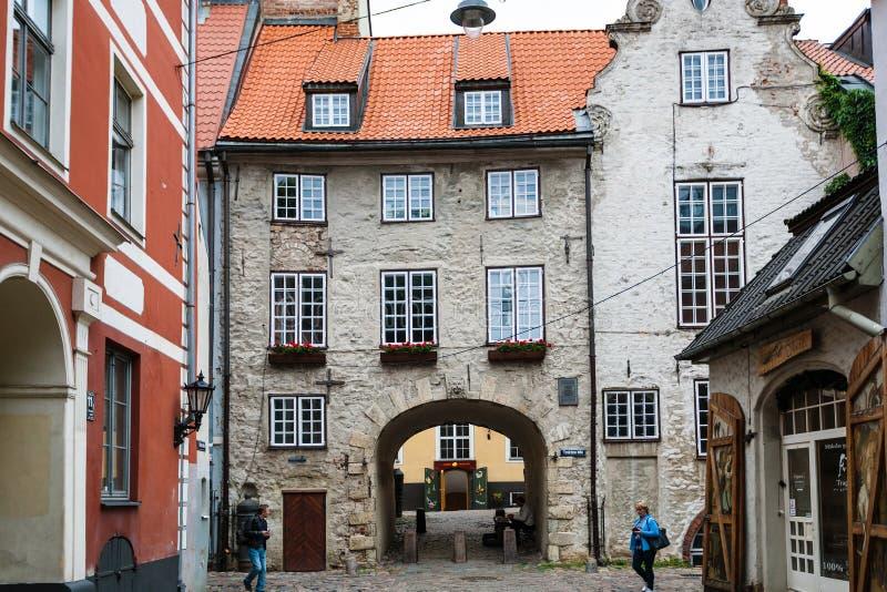 Turister nära svenskporten i den Riga staden royaltyfria foton