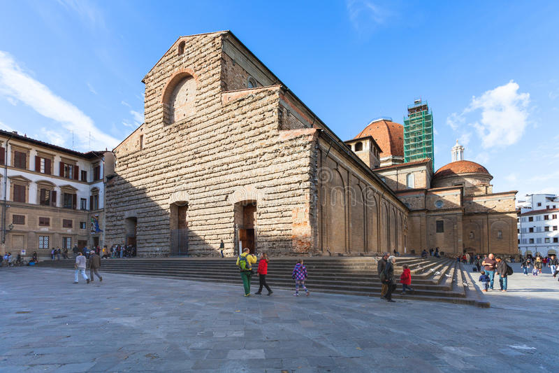 Turister near basilikadi San Lorenzo i Florence royaltyfria foton