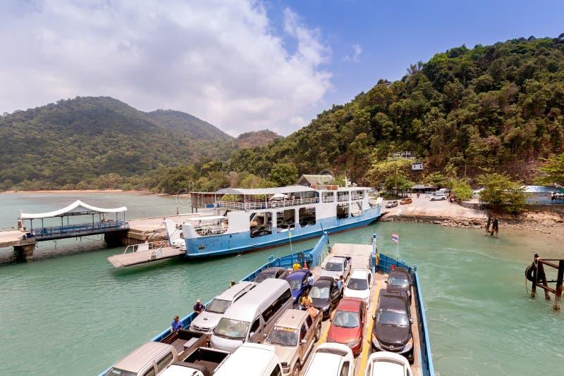 Turister och bilar laddade på färjan och överskrift till ön royaltyfria foton