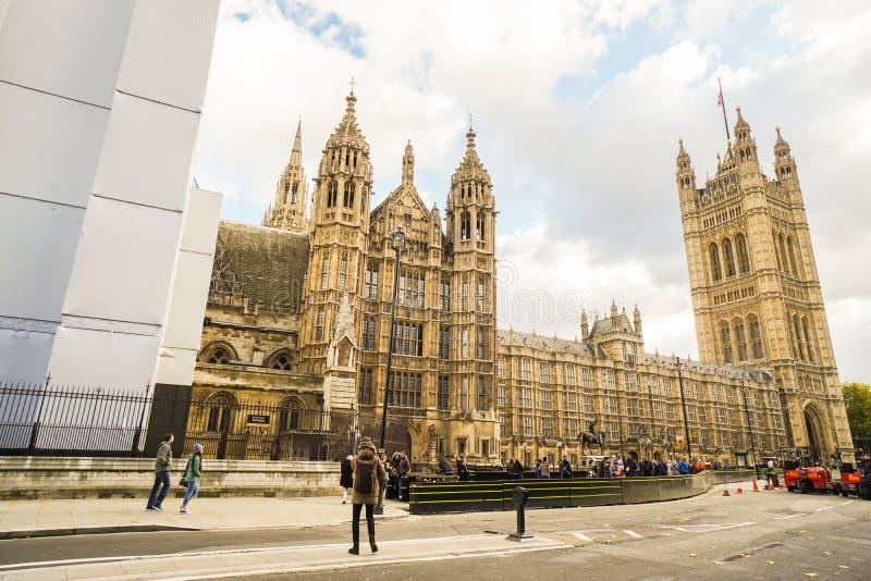 Turister och det lokala folket reser på huset av parlamentet i London arkivfoton