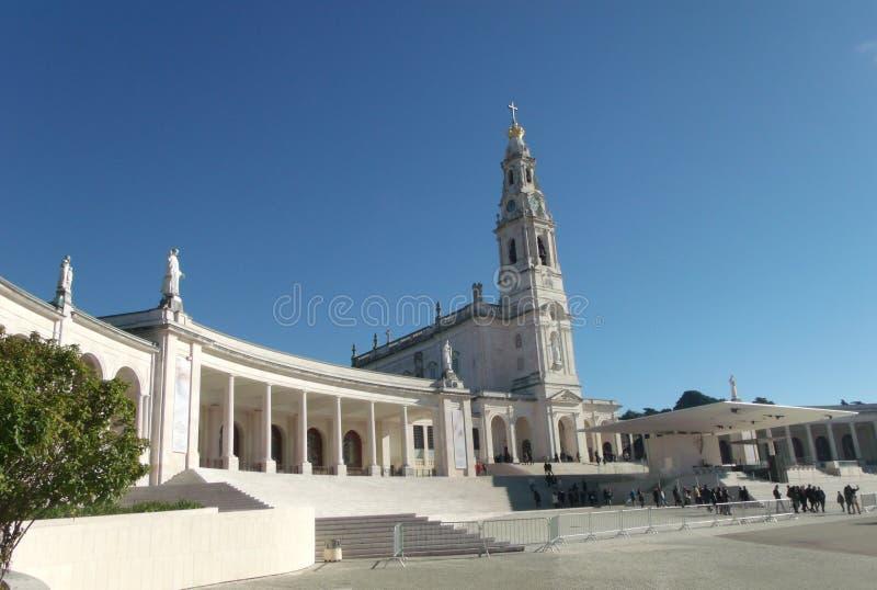 Turister och invånare som besöker oskulden av Fatima arkivbild