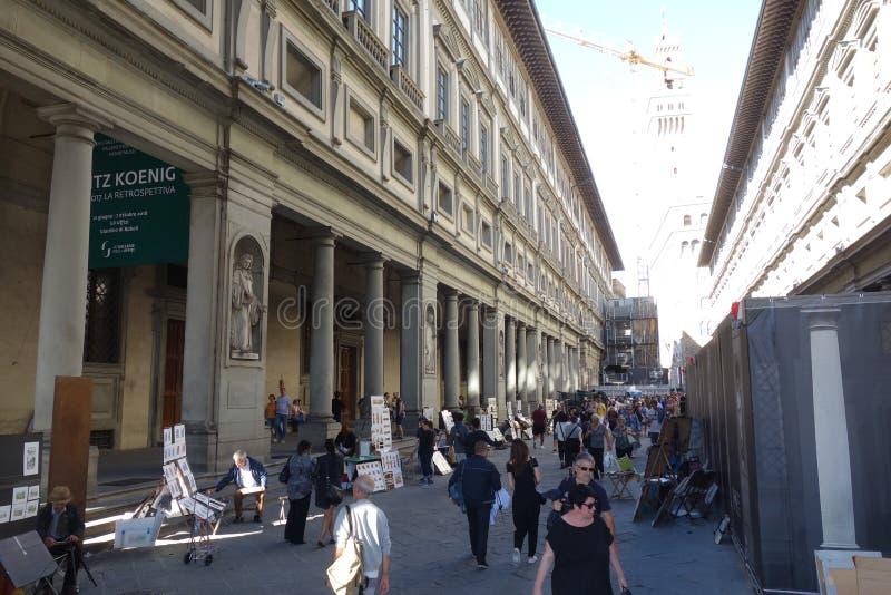 Turister och konstnärer i det Uffizi gallerit i Florence royaltyfria foton