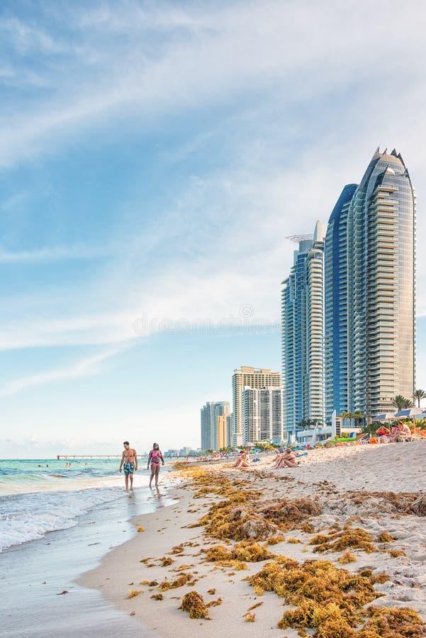 Turister och lokaler som tycker om stranden på Miam royaltyfri foto