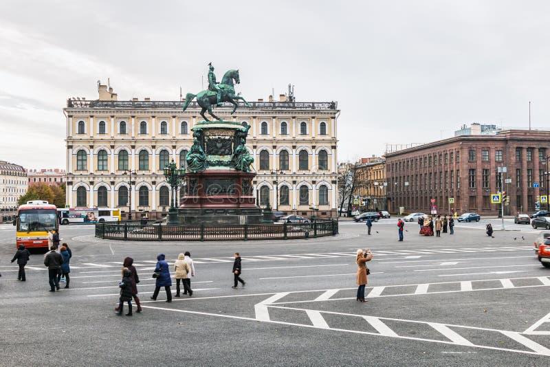 Turister och stadsbor på monumentet till kejsaren Nicholas I royaltyfri fotografi
