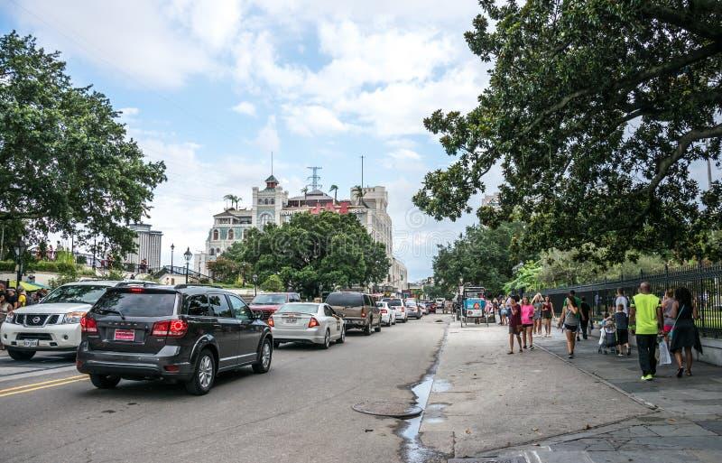Turister och upptagen trafik på gatan i den franska fjärdedelen av New Orleans royaltyfri foto