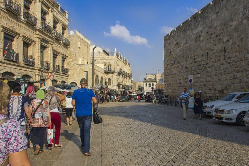 Turister och vallfärdar överskriften till den att jämra sig väggen i gamla Jerusalem, Israel arkivbilder
