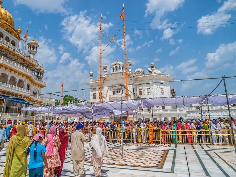 Turister och vallfärdar att vänta i linje på den guld- templet royaltyfri foto