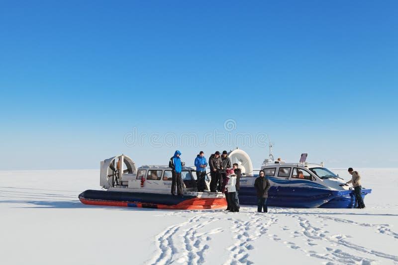 Turister på Baikal royaltyfri foto