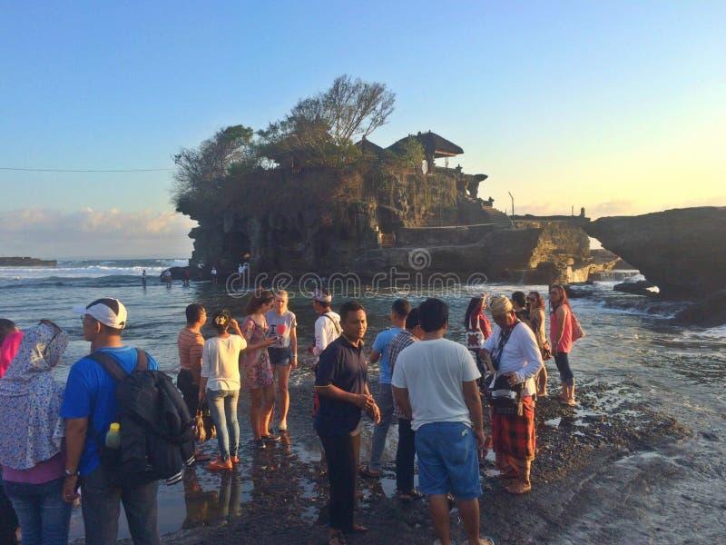 Turister på Balinesekusten arkivbilder