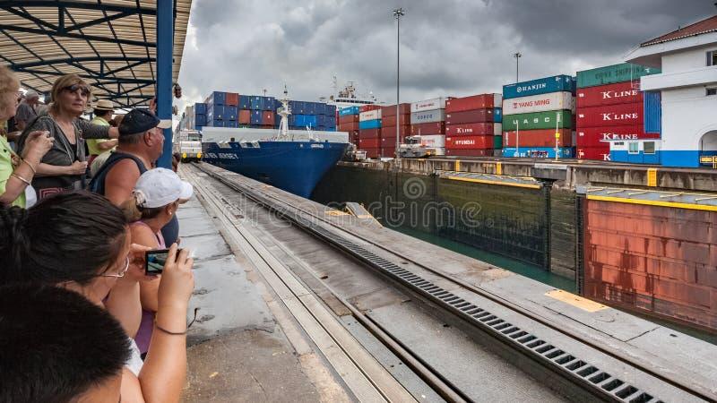 Turister på besökareområde av de Panama kanal-Gatunlåsen royaltyfri fotografi