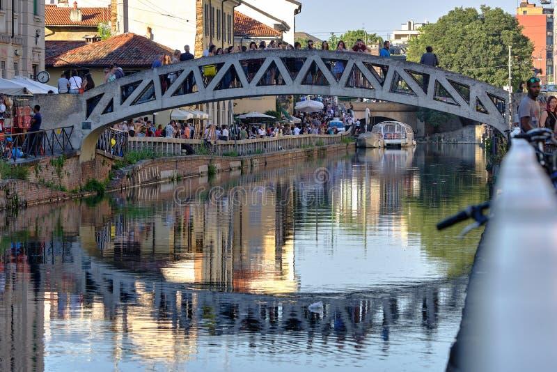 Turister på bron på stora Naviglio royaltyfri fotografi