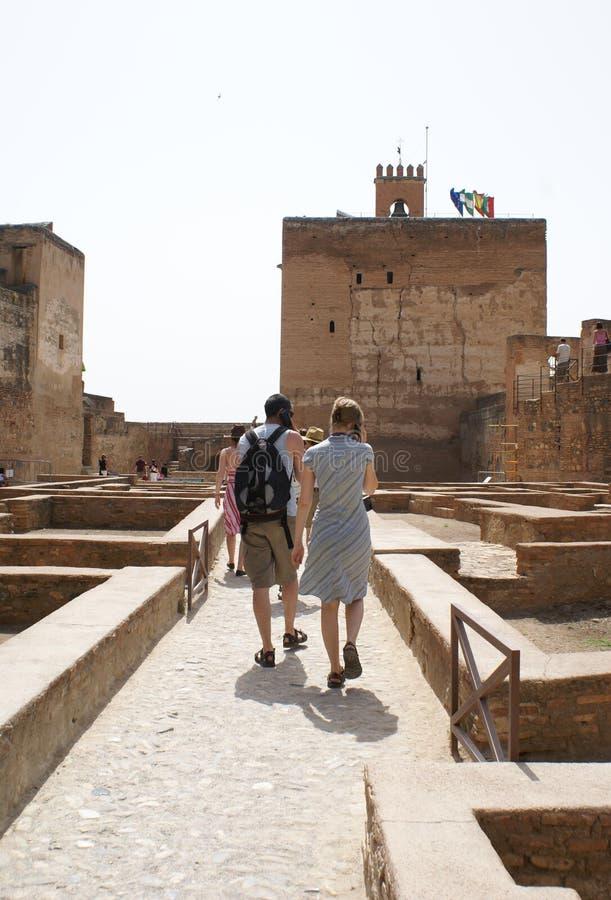 Turister på den Alcazaba fästningen, Alhambra Palace, Granada, Andalusia, Spanien, Europa royaltyfria foton