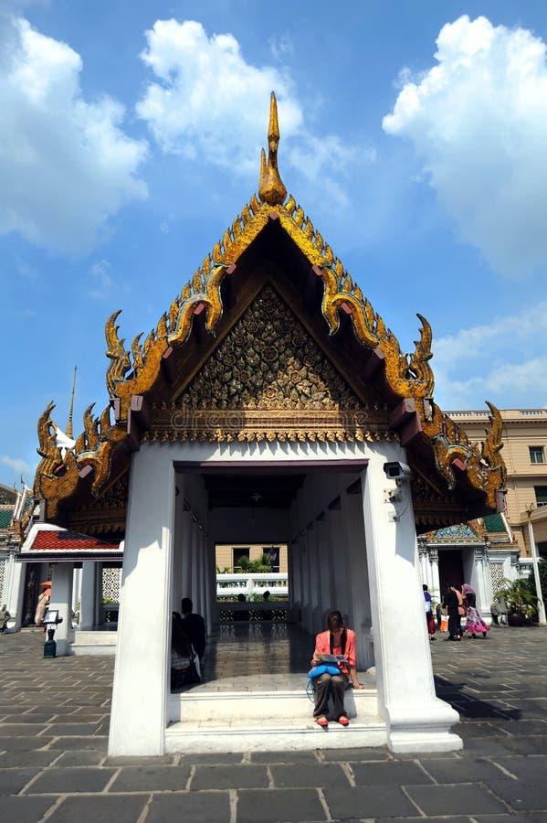 turister på den Emerald Buddha tempel- eller `-Wat Pra Kaew `en, royaltyfri foto