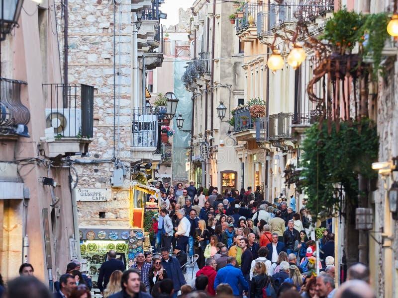 Turister på den huvudsakliga gatan i Taormina, Sicilien, Italien royaltyfri fotografi