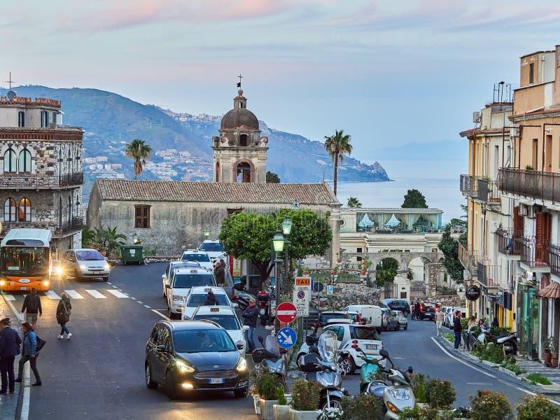 Turister på den huvudsakliga gatan i Taormina, Sicilien, Italien arkivfoto