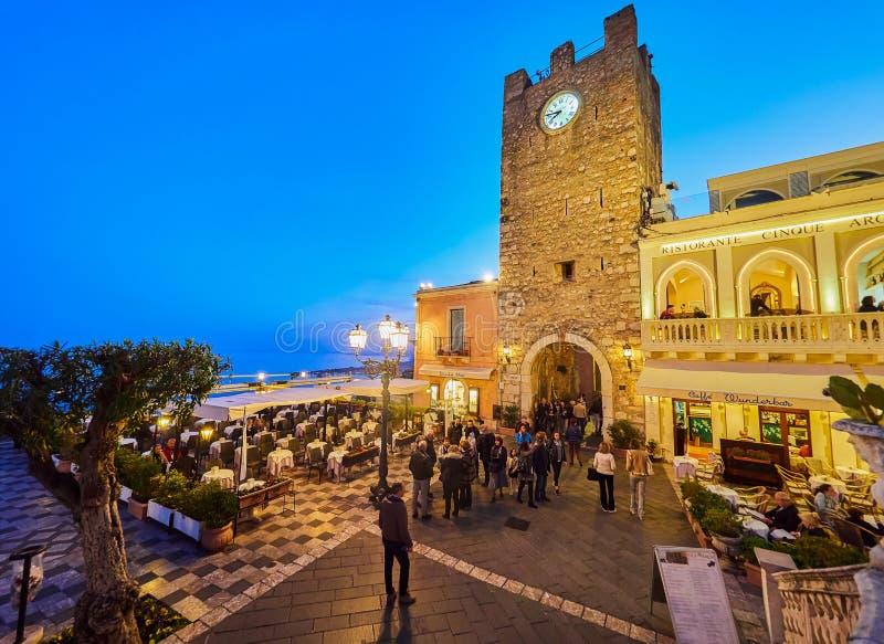 Turister på den huvudsakliga gatan i Taormina, Sicilien, Italien royaltyfria bilder