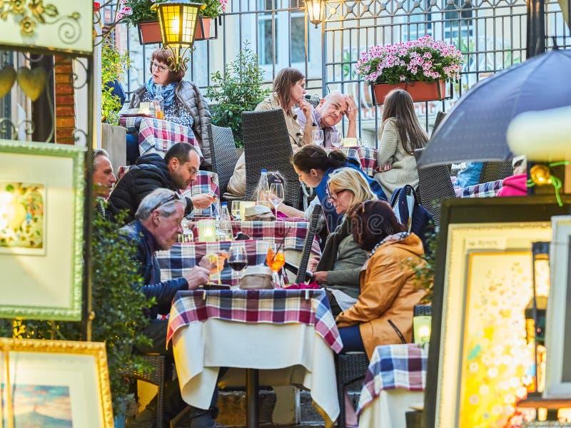 Turister på den huvudsakliga gatan i Taormina, Sicilien, Italien royaltyfri foto