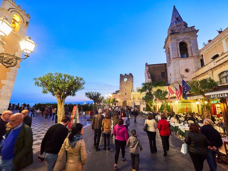 Turister på den huvudsakliga gatan i Taormina, Sicilien, Italien fotografering för bildbyråer