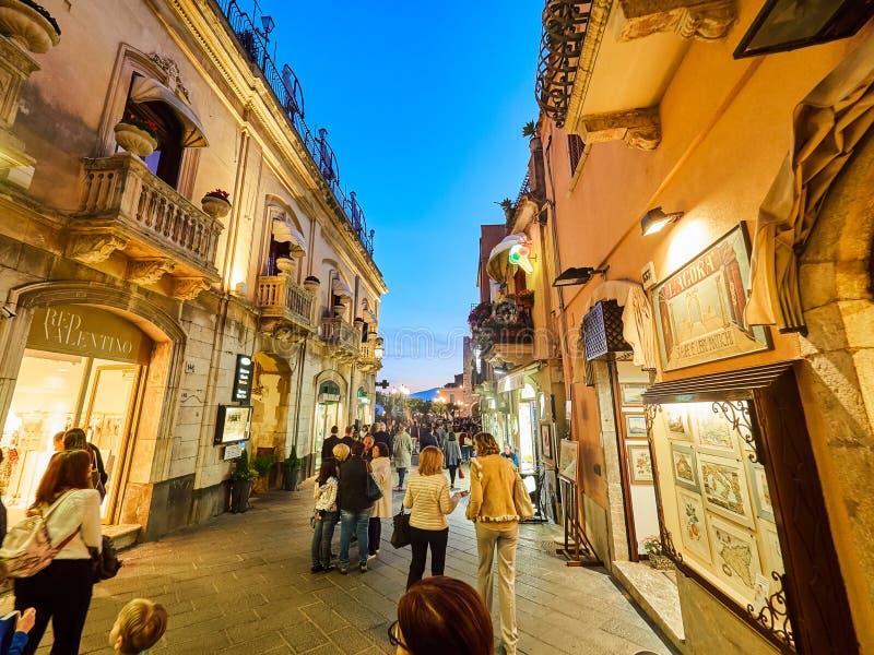 Turister på den huvudsakliga gatan i Taormina, Sicilien, Italien royaltyfri bild
