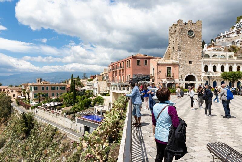 Turister på den huvudsakliga plazaen av Taormina på Sicilien, Italien fotografering för bildbyråer