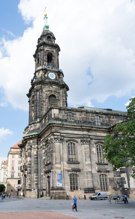 Turister på den Kreuzkirche kyrkan i Dresden fotografering för bildbyråer