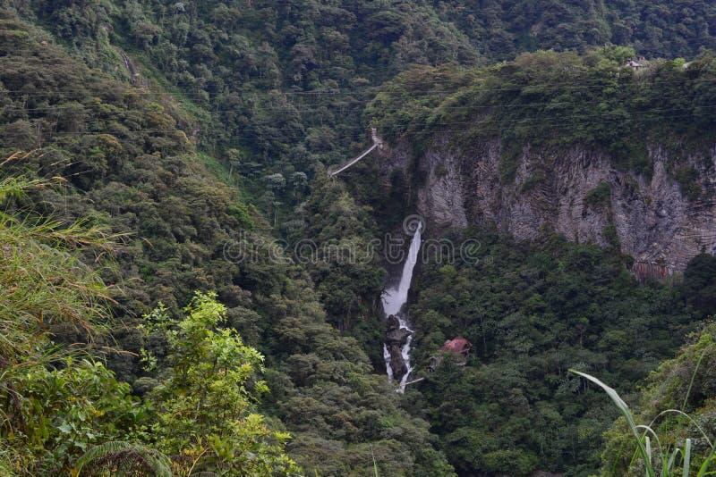 Turister på den Pailon del Diablo vattenfallet i Baños, Ecuador arkivbild