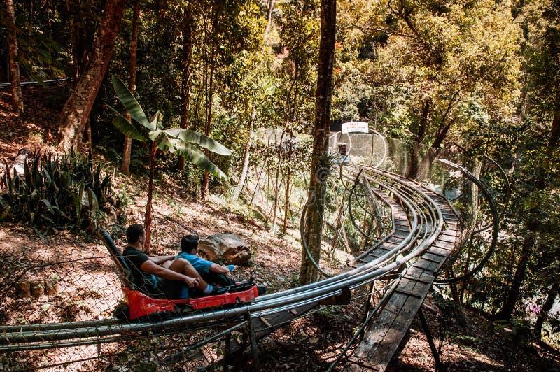 Turister på den sluttande berg-och dalbanaspårvagnen till den Datanla vattenfallet i Dalat - Vietnam arkivbild