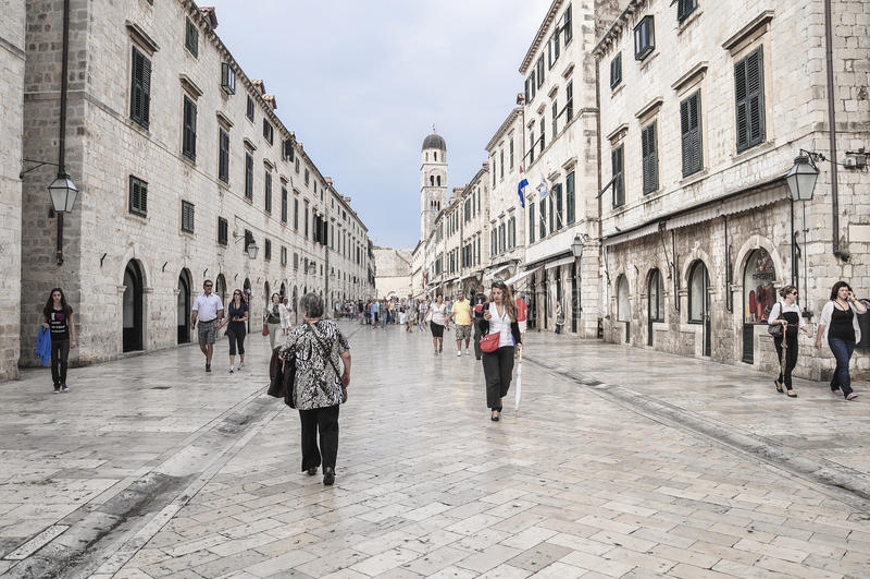 Turister på den Stradun gatan i gammal stad av Dubrovnik, Kroatien arkivbild
