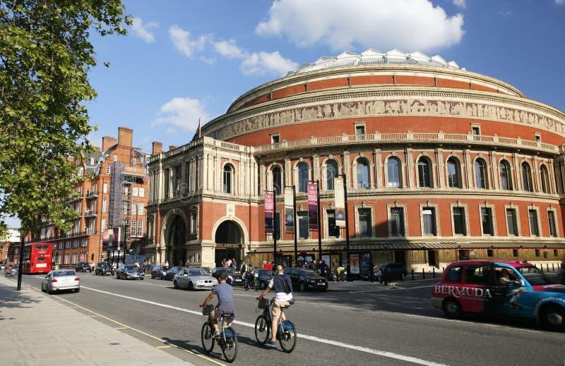 Turister på den uthyrnings- cykeln som förbigår kungliga Albert Hall arkivfoto