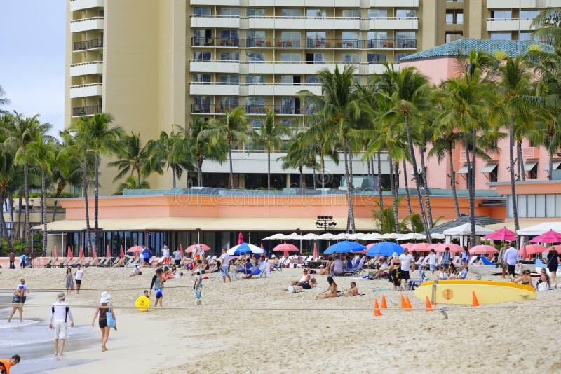 Turister på den Waikiki stranden Hawaii arkivbilder