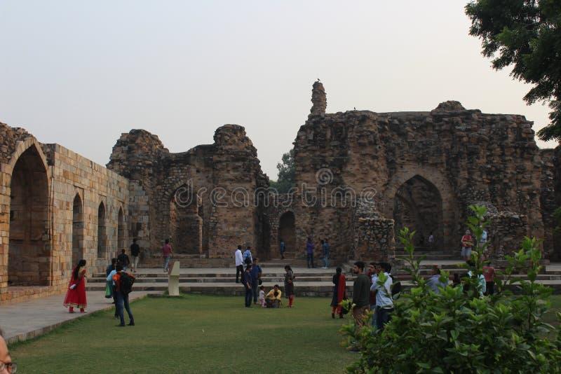 Turister på det Qutab Minar komplexet royaltyfri fotografi