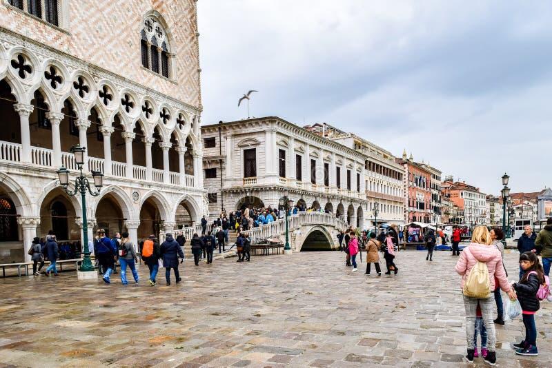 Turister på en regnig dag i piazza San Marco St Marks Square i Venedig, Italien arkivbild