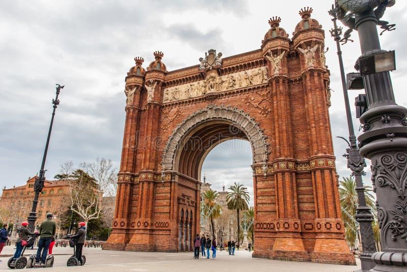 Turister på en Segway turnerar på den triumf- bågen i Barcelona arkivfoton