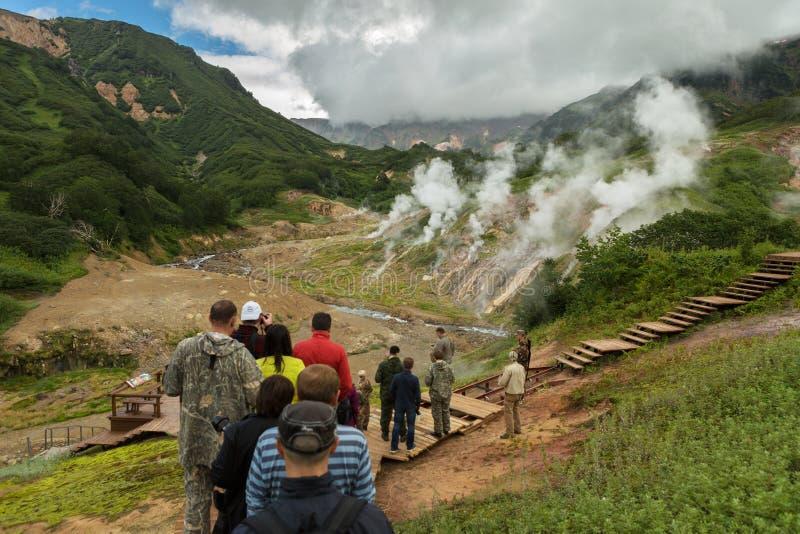 Turister på en utfärd i den berömda dalen av Geysers Kronotsky naturreserv på den Kamchatka halvön royaltyfria bilder