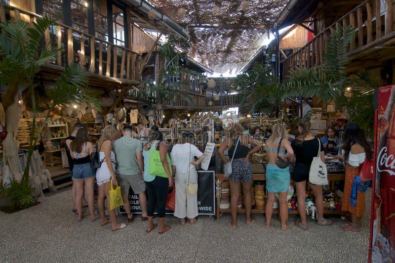 Turister på förälskelseankarmarknaden i Canggu fotografering för bildbyråer