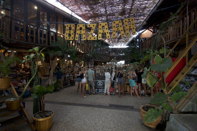 Turister på förälskelseankarmarknaden i Canggu royaltyfria bilder