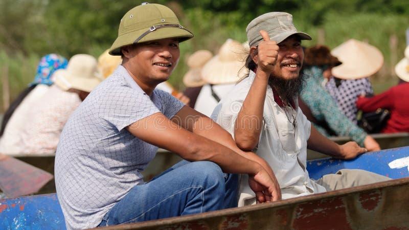 Turister på fartyg nära parfymerar pagoden royaltyfri foto