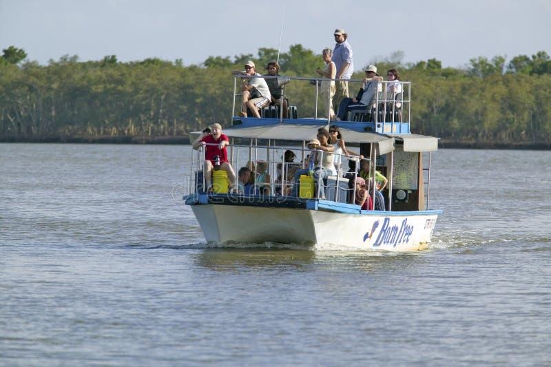 Turister på fartygkryssningfloden för flodhästar på större plats för St Lucia Wetland Park World Heritage, Saint Lucia, Sydafrika arkivbild