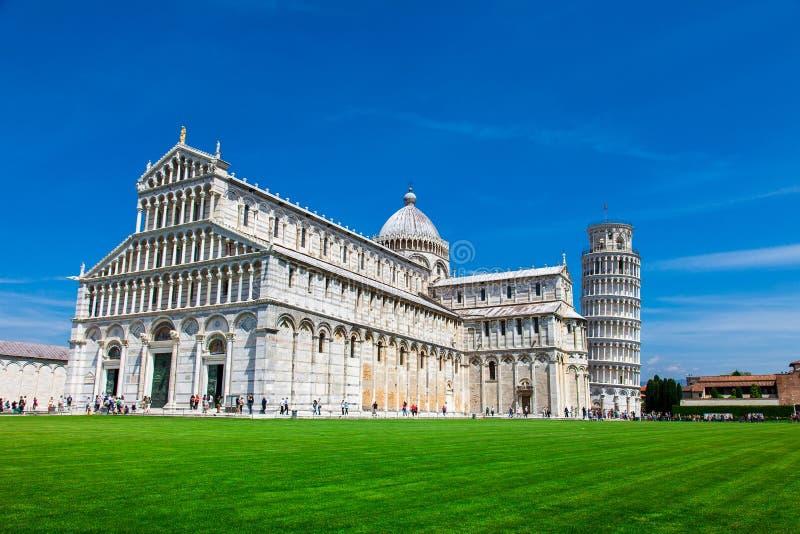 Turister på fyrkant av mirakel som besöker det lutande tornet i Pisa, Italien arkivbild