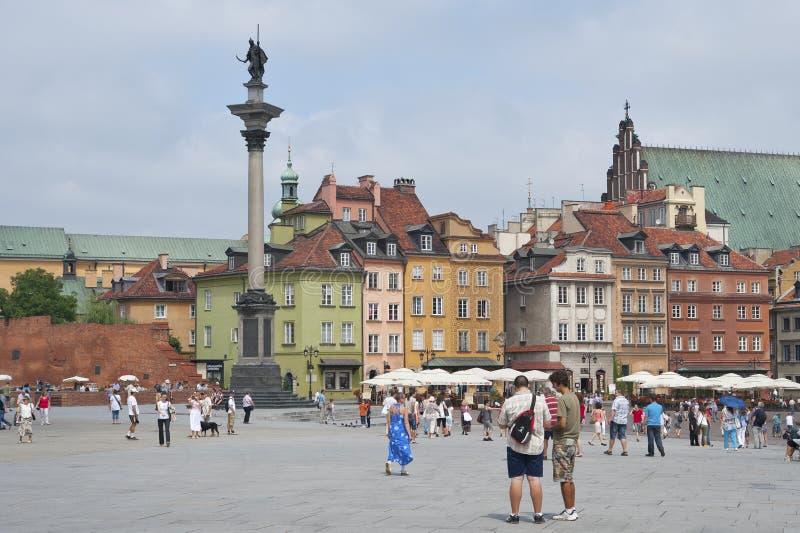 Turister på fyrkanten i den historiska mitten av Warszawa royaltyfria foton
