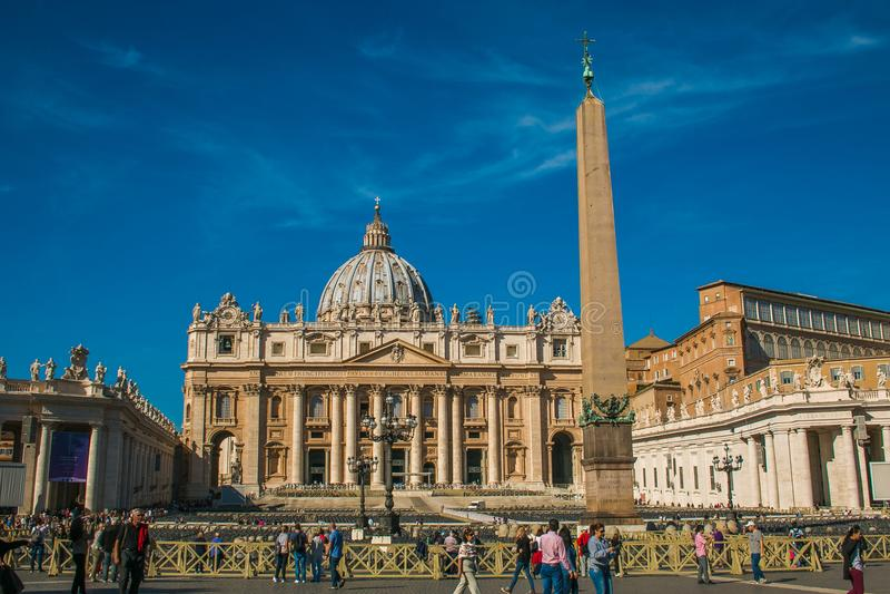 Turister på fyrkantig St Peter ` s och på Vatican City royaltyfria foton